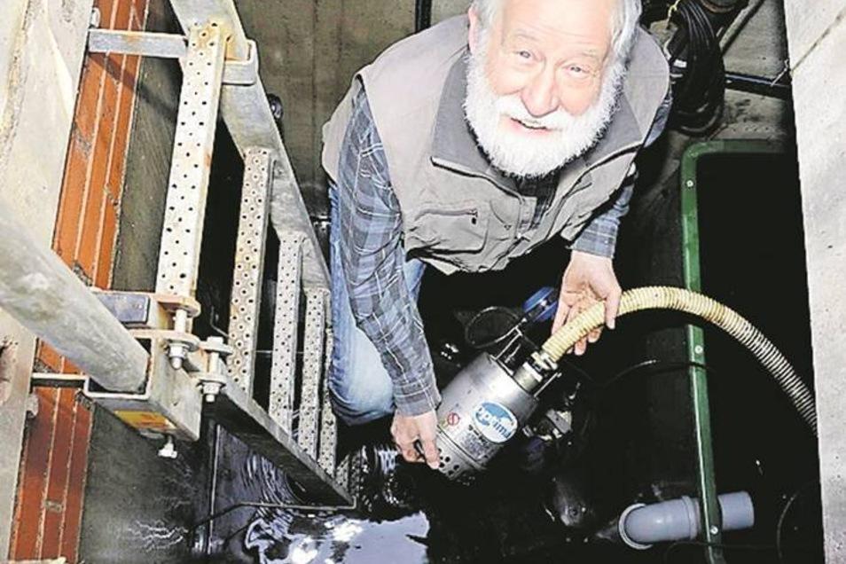 Wasserspiel von unten: Herr Grundmann inspiziert die Pumptechnik.