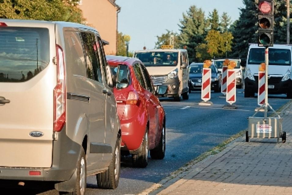 Baustellenampel Rot: Viele Pendler sehen das in Geißmannsdorf zweimal am Tag. Der dritte Teilabschnitt zum Breitbandausbau im Ort steht vor dem Abschluss, zwei weitere folgen noch.