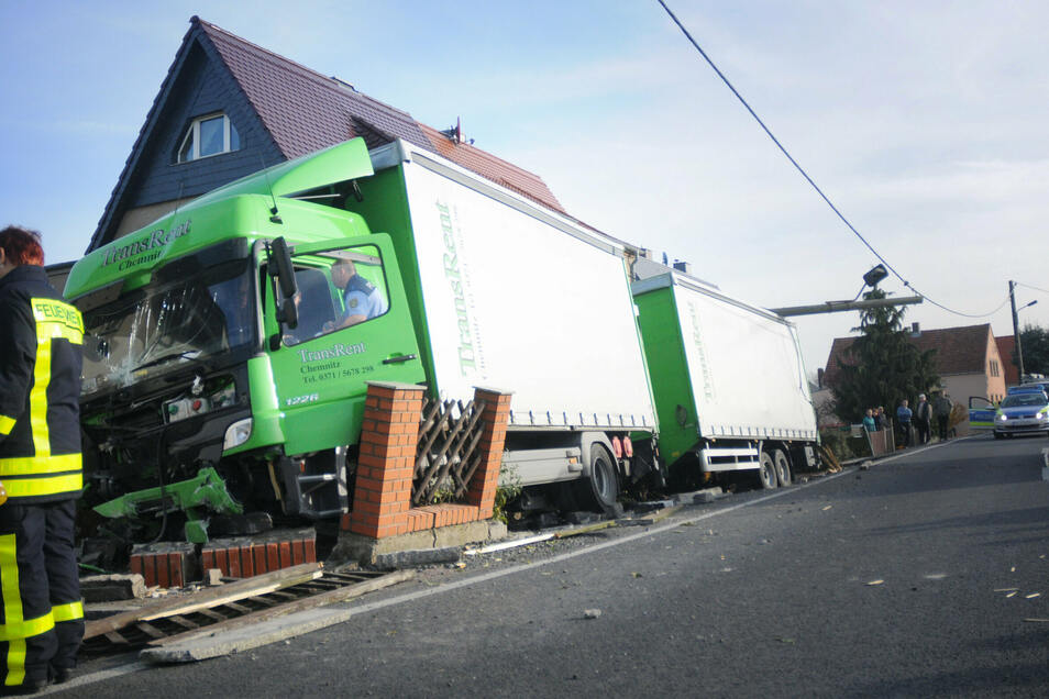 November 2014: Ein Lkw-Fahrer prallte frontal gegen einen Holz-Laternenmast und fuhr in die Gartenmauer eines Doppelhauses in Skassa.