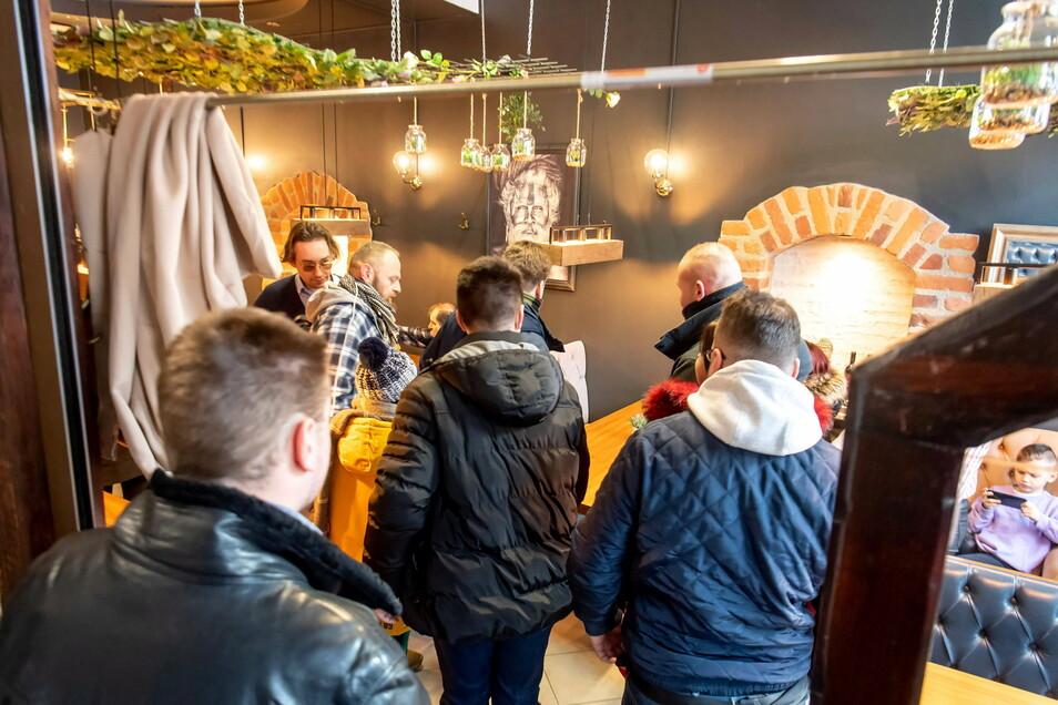 """Gäste stehen im geöffneten Restaurant """"Smaki Indii Restaurant Cafe & Bar - Torun"""". In Polen widersetzen sich zahlreiche Gastronomen den Corona-Verordnungen und öffnen für Gäste."""