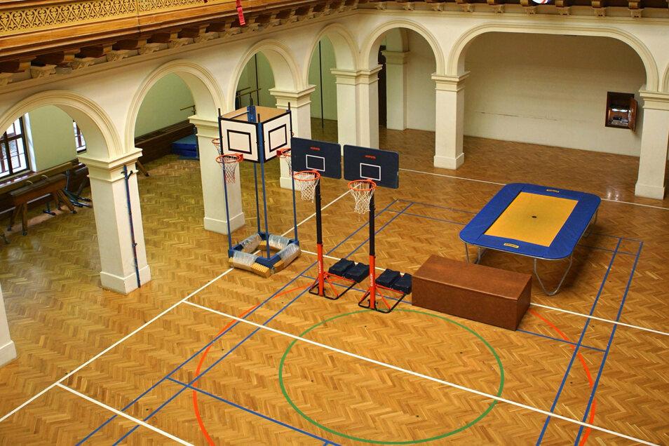 Blick in die geschlossenen Sporthalle einer Prager Schule.
