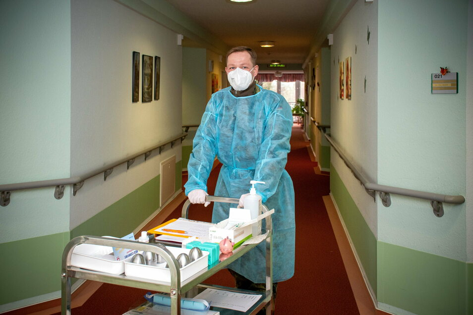 """Daniel Pfeffer ist der """"Schnelltester"""" im Leisniger Seniorenzentrum. An ihm kommt kein Bewohner und kein Mitarbeiter vorbei. An diesem Donnerstag fielen erstmals seit dem Corona-Ausbruch am 17. Januar alle Tests negativ aus."""