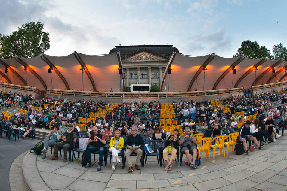 Anstelle von 3.800 durften in diesem Jahr nur 970 Kinogäste den ersten Film der Open-Air-Reihe sehen. Die Tribünen waren deshalb deutlich leerer.