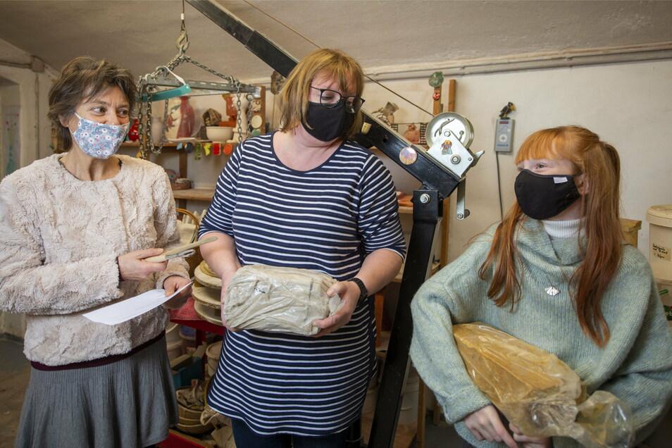 Carola und Emilia Mertens wollen die Keramikkünstlerin Ines Hoferick unterstützen, damit sie ihren Brennofen bald wieder einschalten kann.