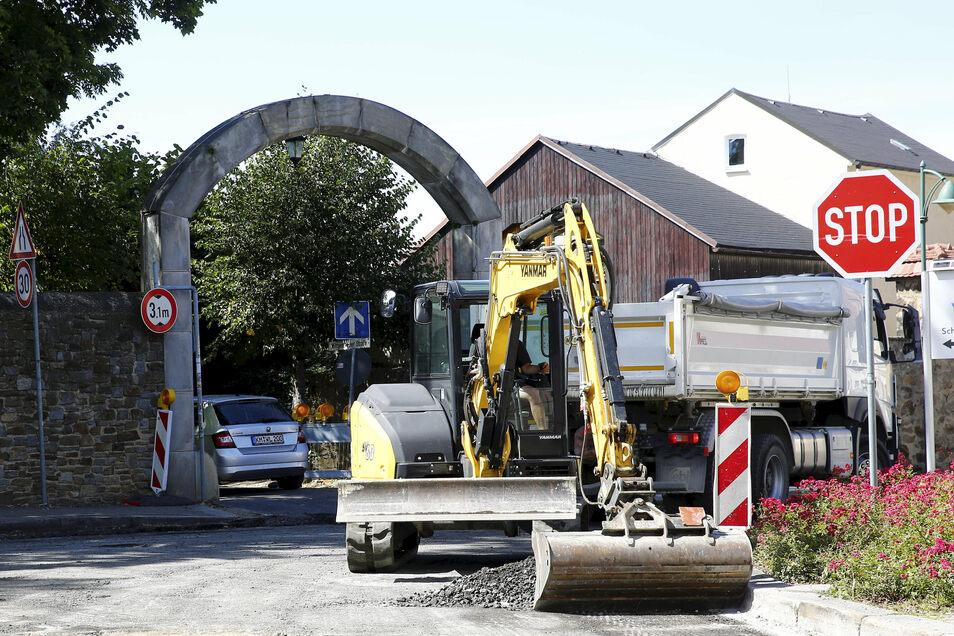 Auf der Großröhrsdorfer Straße in Pulsnitz wird derzeit gebaut und die Durchfahrt zur Schlossklinik durch den Torbogen ist gesperrt. Manche Kraftfahrer legten offenbar selbst Hand an und schoben den Sperrzaun beiseite.