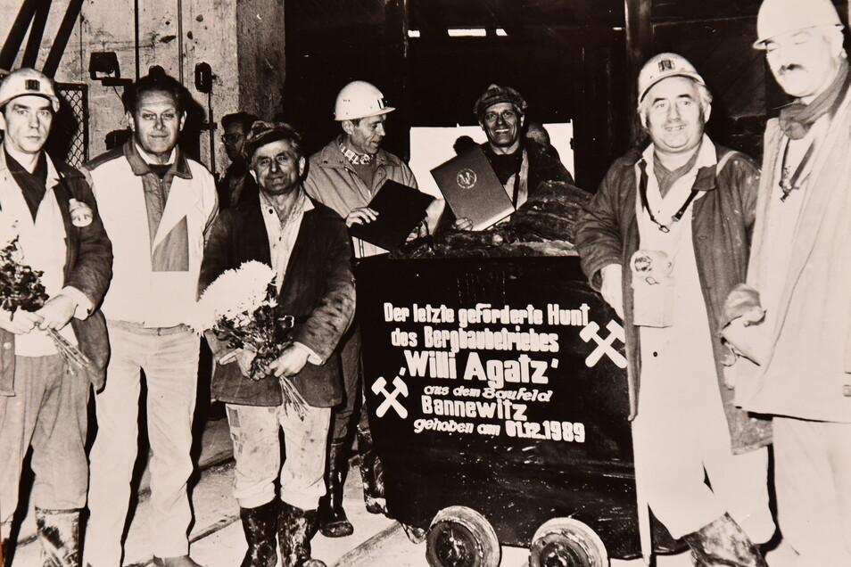 """""""Es war eine schwere Stunde."""" Lothar Rosenhahn (2.v.r.) nach der Förderung des letzten Kohlehunts bei """"Willi Agatz"""" am 1. Dezember 1989."""