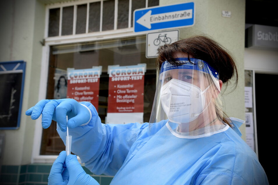 In der ehemaligen Stadtbäckerei an der Ecke Reichenberger/Albertstraße in Zittau testet Eva Turner ohne Voranmeldung, ob eine Corona-Erkrankung vorliegt.