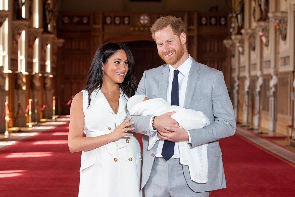 Der britische Prinz Harry und seine Frau Meghan halten ihren Sohn Archie.