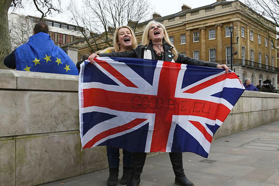 """Am 31. Januar 2020 in London: Brexit-Anhänger halten einen Union Jack mit dem Text """"Good bye EU"""". Mehr als dreieinhalb Jahre nach dem Brexit-Votum der Briten wird Großbritannien die EU verlassen"""