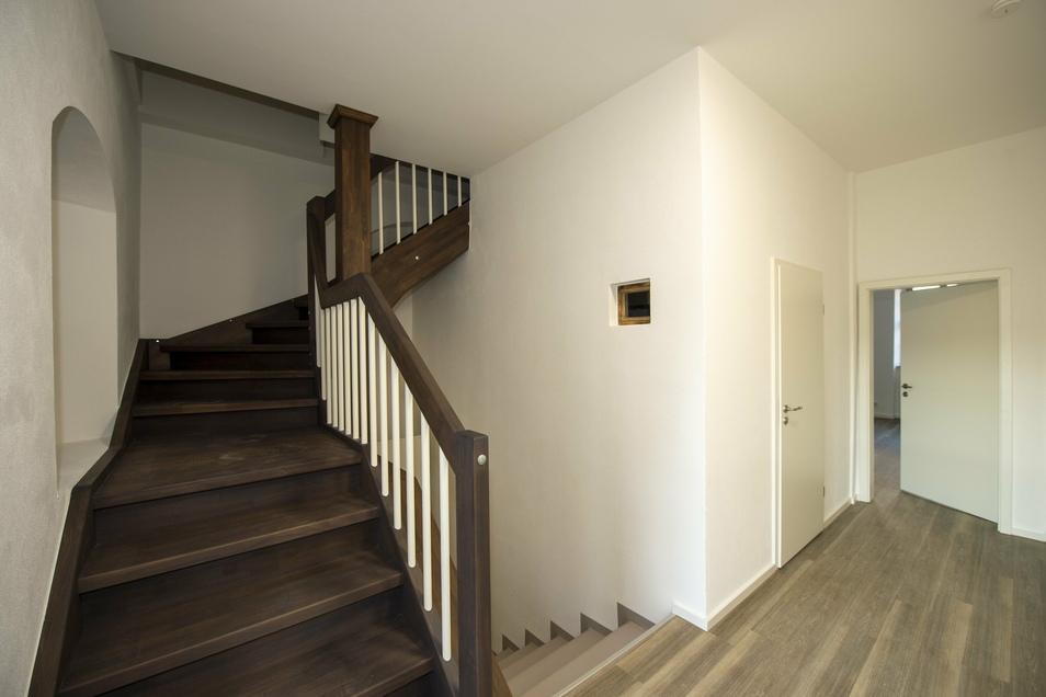 Diese Treppe führt in die zweite Wohnung im Obergeschoss, eine Maisonettewohnung.