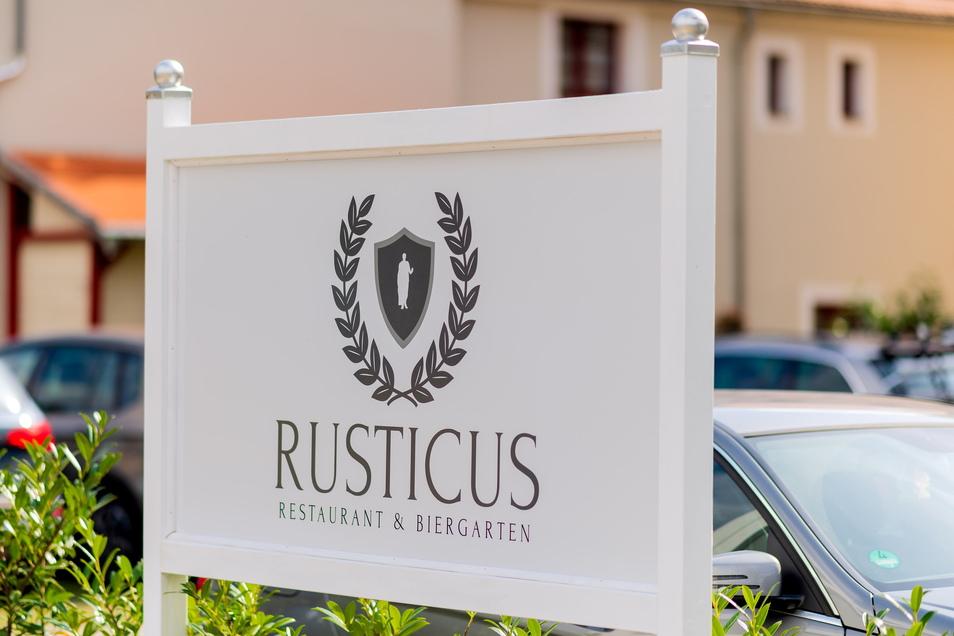"""Nicht zu übersehen: Das neu eröffnete """"Rusticus"""" am Reißigerplatz in Königstein. Gäste können direkt an der Terrasse parken."""