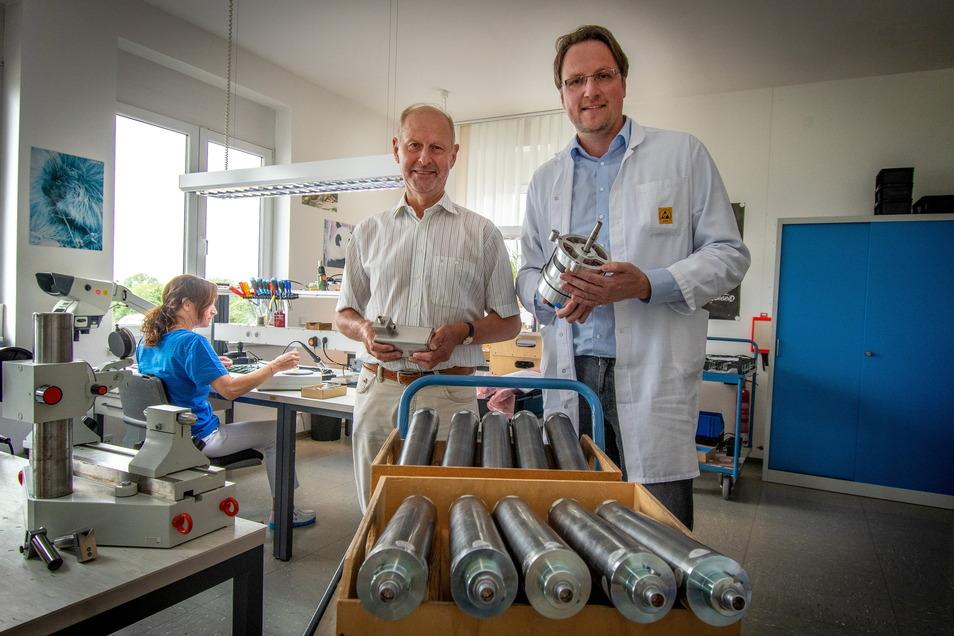 Roland Kühnel (links) hat die Firma Spezialantriebstechnik aus Hartha vor drei Jahren an Jörg Salzbrenner abgegeben.