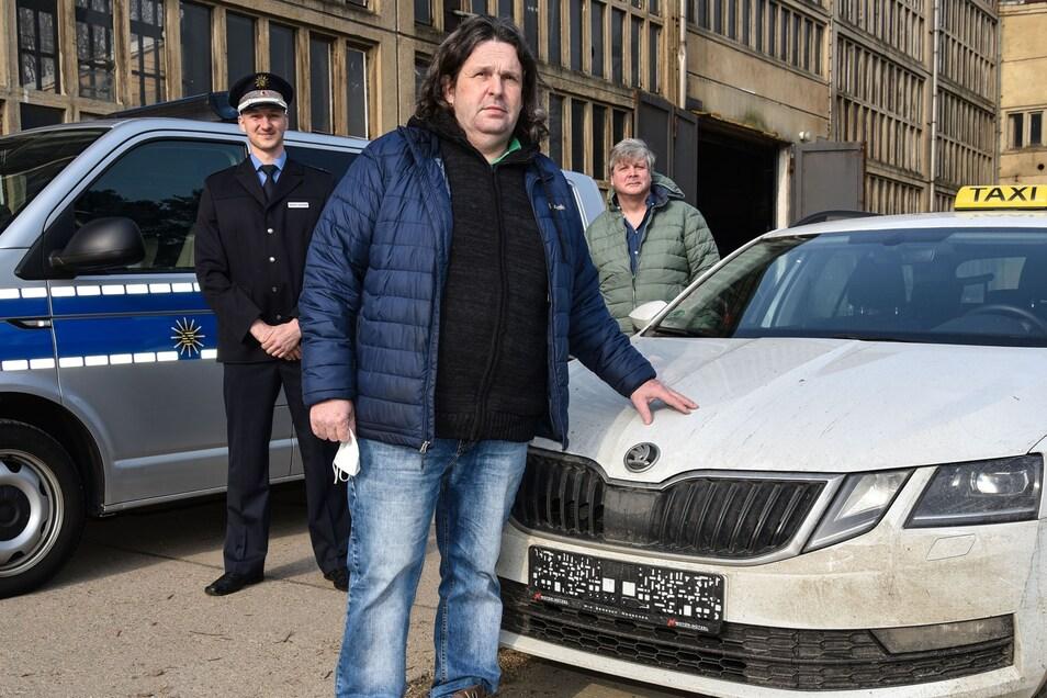 Am Donnerstagvormittag hat der Eigentümer (Mitte) durch den Leiter des Kommissariats für Eigentum und Bandenkriminalität Scholdei (links) sowie den Verbindungsbeamten der GFG Lausche Lange seinen Skoda zurückerhalten,.