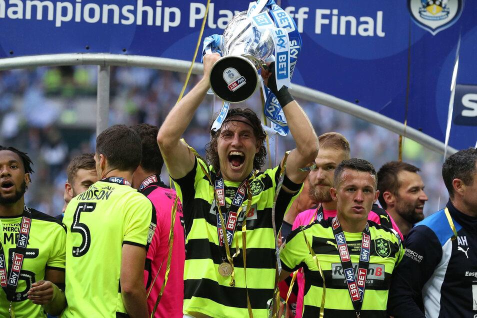 Da hat er ihn doch, den Pokal des Zweitliga-Champions und Aufsteigers. In einem spannenden Finale gegen den FC Reading. hatte Hefele im Elfmeterschießen nicht getroffen - doch unter anderem traf Jetzt-Dynamo Chris Löwe beim 4:3-Sieg.