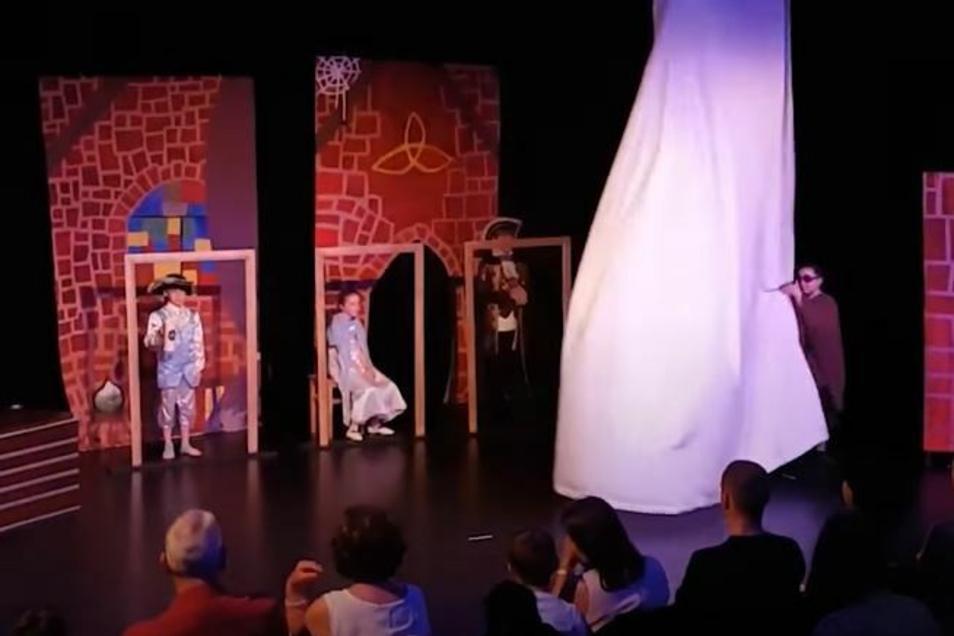 """Aufführung bei der Pegasus Theaterschule Dresden. """"Fähigkeiten fördern, die ein Leben lang begleiten."""""""