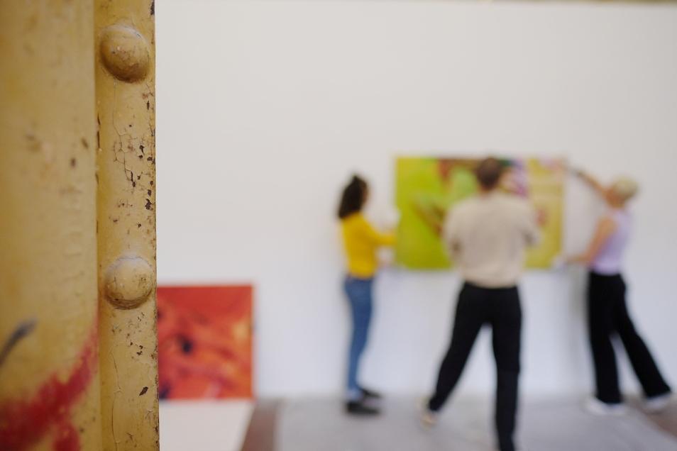 Blick in eine Ausstellungshalle der Spinnerei., in der derzeit das Festival für Fotografie läuft.