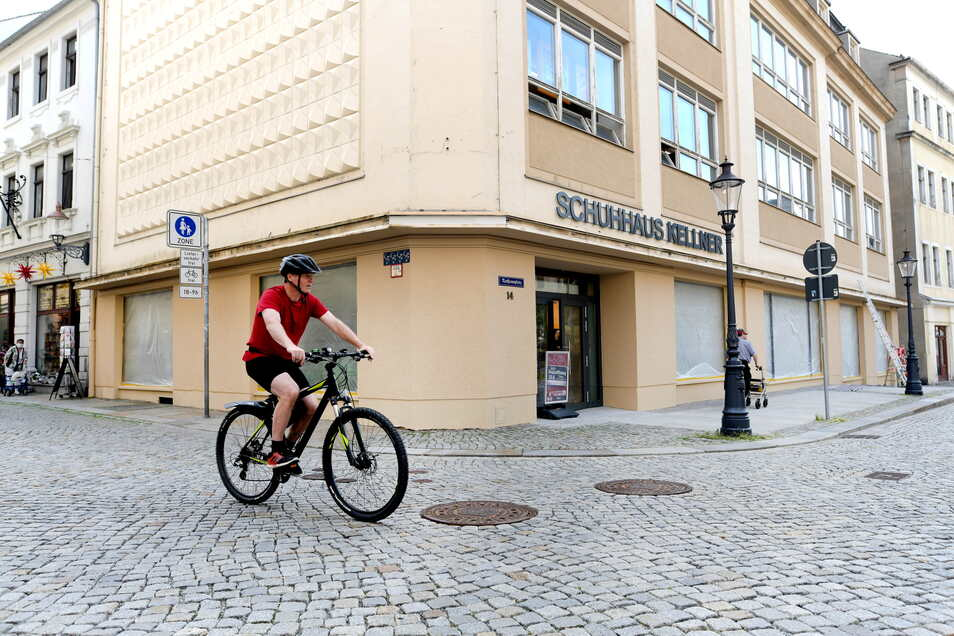 "An der Fassade prangt nun das Logo vom ""Schuhhaus Kellner"""
