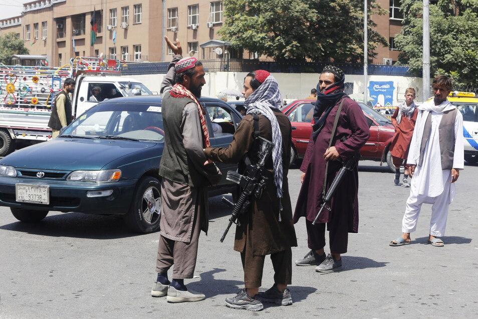 Mitglieder der Taliban patrouillieren in Kabul.