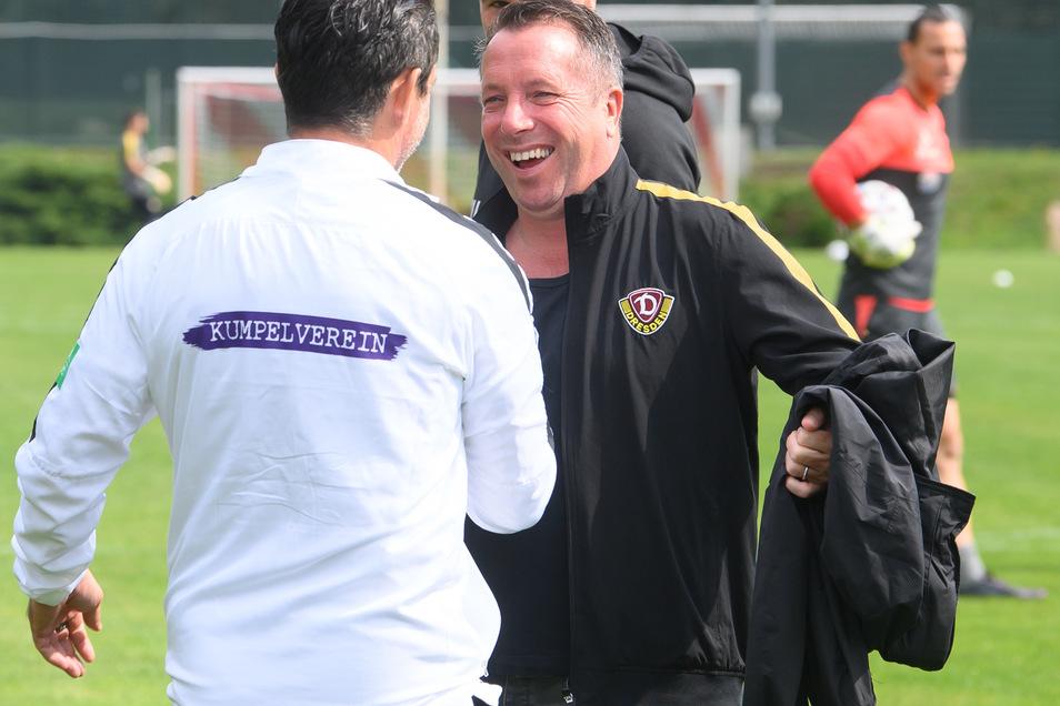 Man kennt sich und schätzt sich. Dynamos Trainer Markus Kauczinski begrüßt Aues Chefcoach Dirk Schuster vor der Partie in Lößnitz.