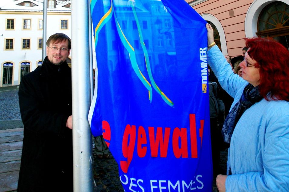 Lange ist es her: 2008 hissten die damalige Gleichstellungsbeauftragte der Stadt Görlitz, Kerstin Riehle, und Bürgermeister Michael Wieler eine Fahne gegen Gewalt gegen Frauen.