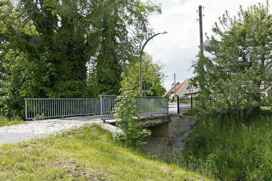Wie die Inselwegbrücke in Rietschen künftig nur noch für Fußgänger und Radfahrer nutzbar sein? In einer Bürgerversammlung sollen die Anwohner gehört werden.