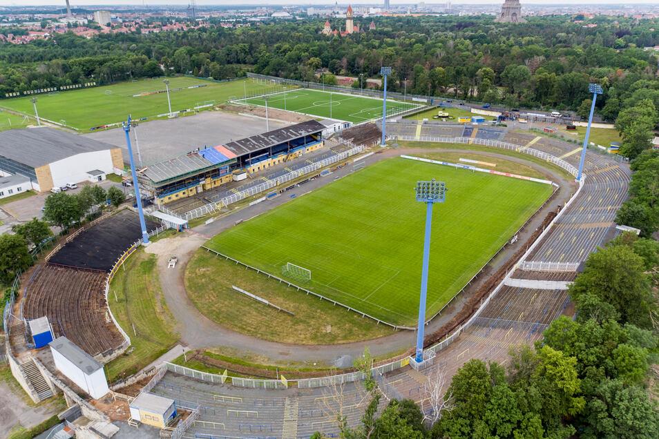 Diese Luftaufnahme mit Drohne zeigt das Bruno-Plache-Stadion von oben.