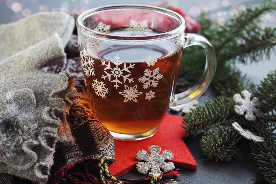 Nicht nur ein wärmender Tee hilft in der Weihnachtszeit, Erkältungen und Stress zu vertreiben. Auch ein entspannendes Bad oder ätherische Öle können wohltuend sein.