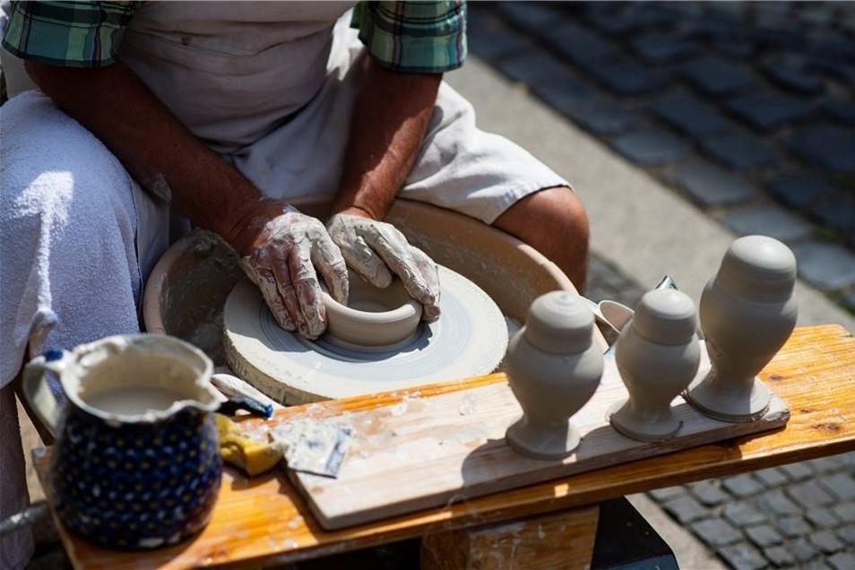 An vielen Ständen konnten die Besucher den Handwerkern auch bei der Gestaltung ihrer Waren auf die Finger schauen...