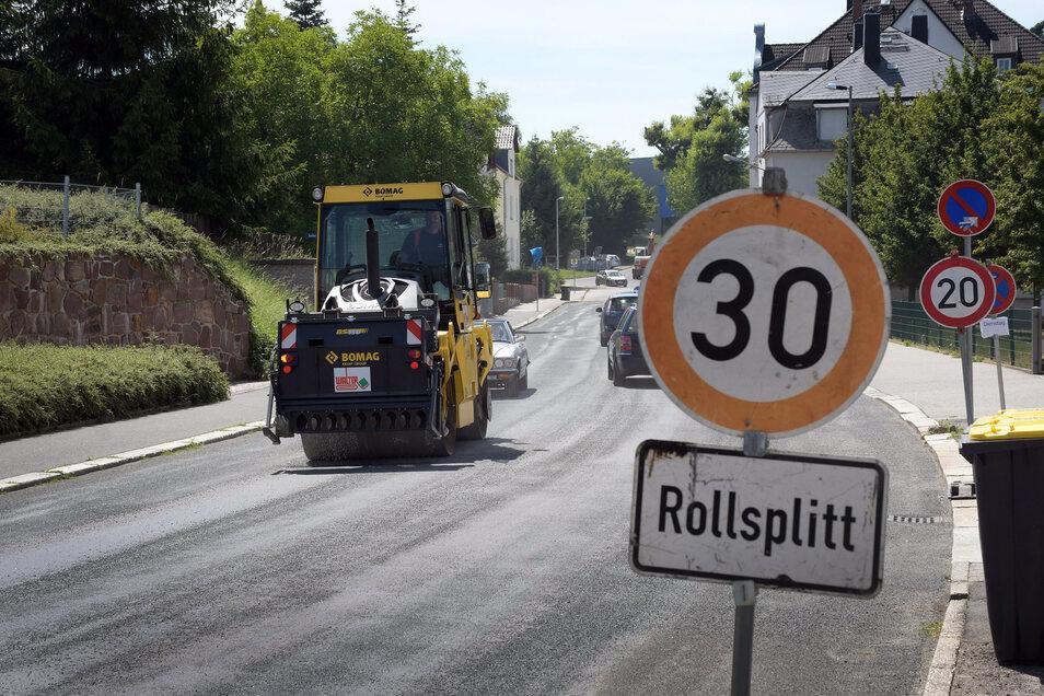 Mit einer Streuwalze versucht die Kommune, das Problem mit der aufweichenden Colditzer Straße in den Griff zu bekommen.