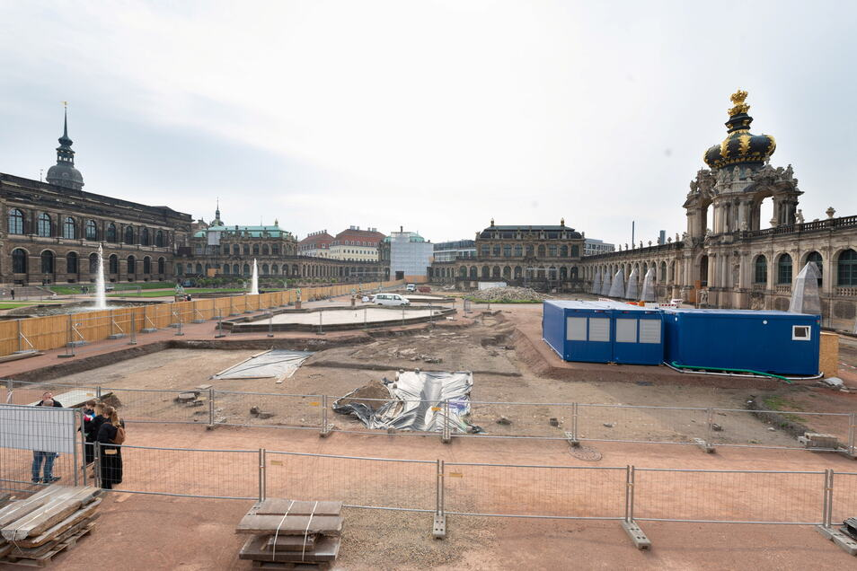 Um 1800 gab es vier große Teiche im Zwingerhof. Am linken Bildrand ist die freigelegte Kante eines Teiches gut sichtbar.