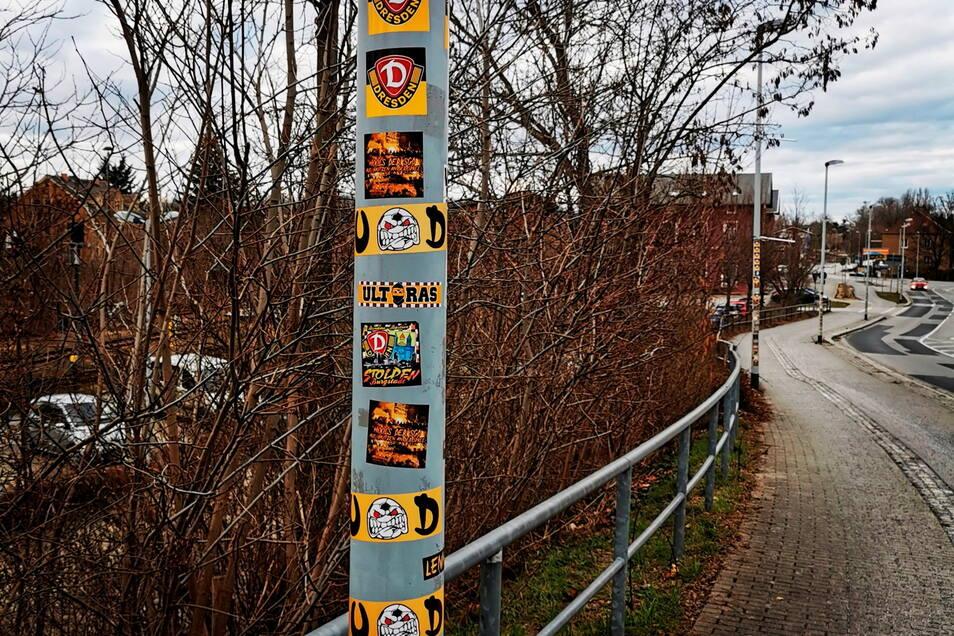 Keine einzige Straßenlaterne vor dem Kamenzer Bahnhof wurde verschont. Die äußerst massive Verschandelung mit Dynamo-Aufklebern regt viele Einwohner auf.