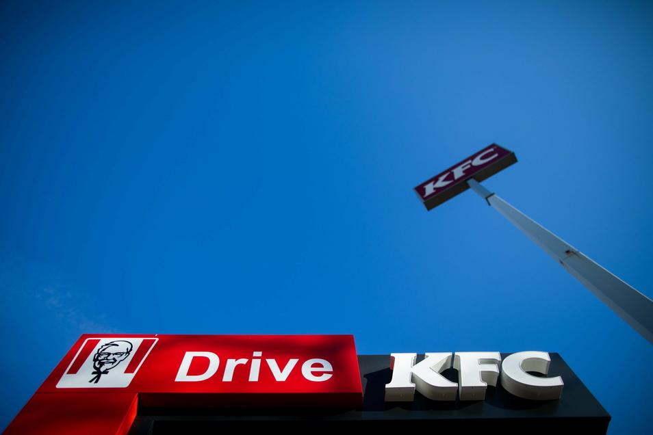 Blick auf den Drive-In Autoschalter einer Filiale der Fast-Food Kette Kentucky Fried Chicken (KFC). Nach herben Rückschlägen in der Corona-Pandemie will Deutschlands Fastfood-Branche ihre Auto-Abholschalter ausbauen.