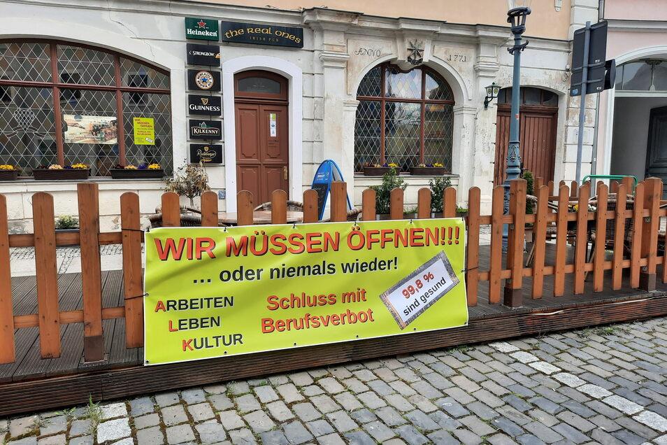"""Rund ums Salzhaus findet sich das Protestbanner gleich an mehreren Gaststätten - auch am """"Irish Pub""""."""