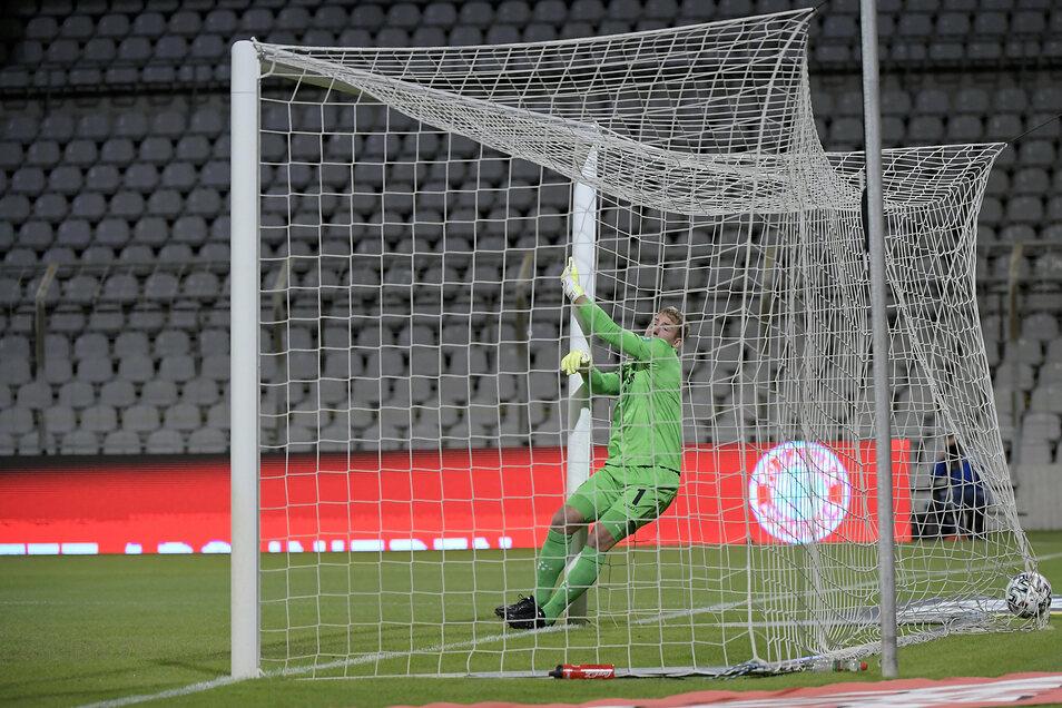 1:0 für die Bayern: Kevin Broll kann dem Ball nur noch aus dem Tor holen.
