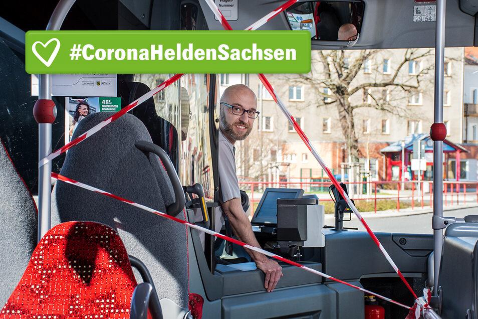 Hagen Lorenz sorgt mit den anderen Fahrerinnen und Fahrern bei Regiobus dafür, dass auch in der Corona-Krise die Beförderung der Menschen zum Arzt, zum Einkaufen oder zur Arbeit funktioniert. Ein Flatterband sorgt für die räumliche Distanz zu den Fahrgäst