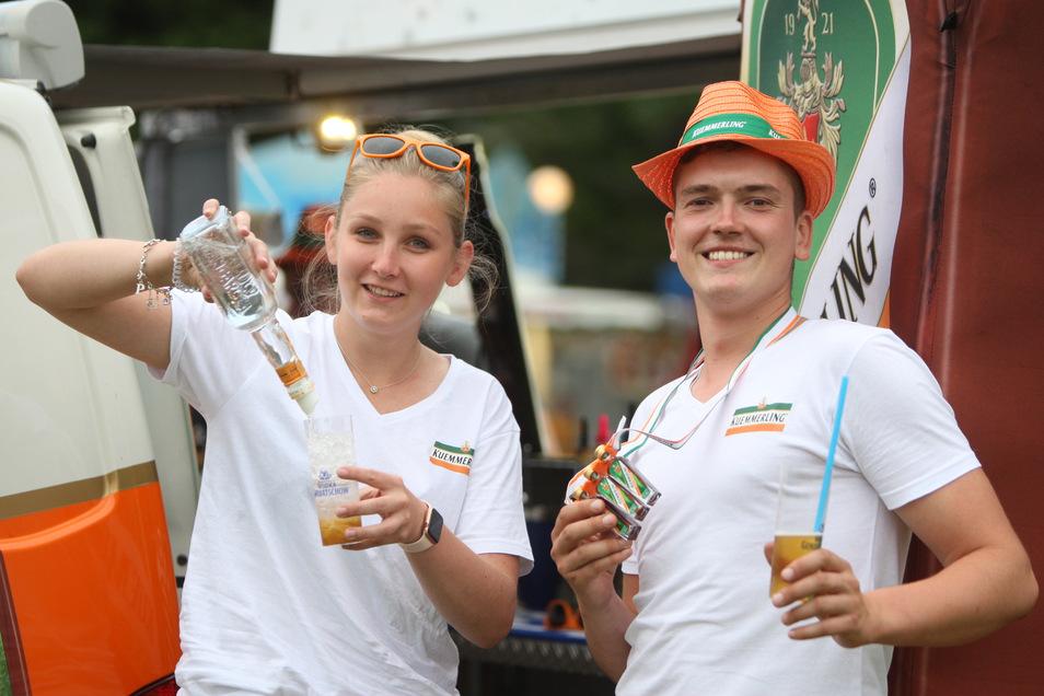 Linda Woigk und Peter Rudolph aus Dresden stehen an der Cocktail Bar, mixen dort und verwöhnen die Gäste an der Elbe neben der Bühne