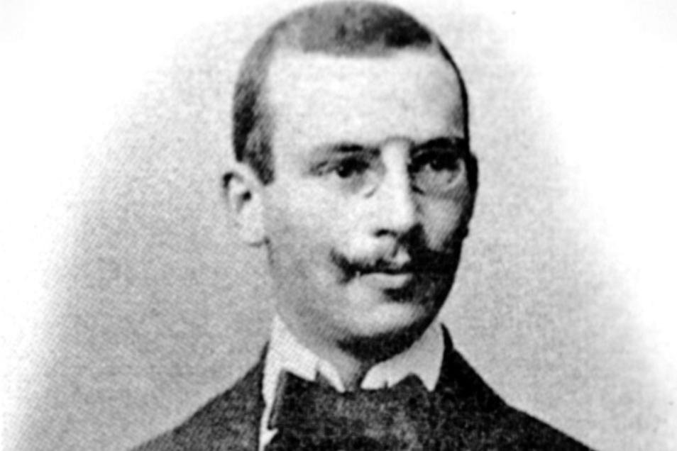Prof. Dr. Carl Klieneberger (1876-1938), dessen Namen ein Platz in Zittau trägt, leitete über 20 Jahre das Stadtkrankenhaus. Zum Gedenken an ihn wurde 2014 vor dem Krankenhaus-Haupteingang ein Stolperstein verlegt.