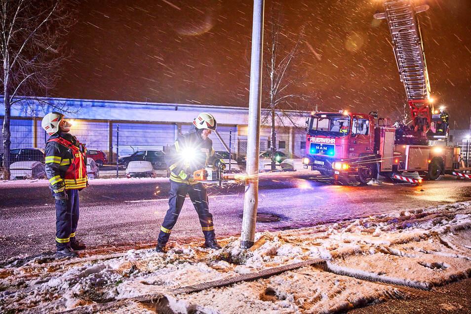 Der beschädigte Laternenmast musste von der Feuerwehr abgetrennt werden.