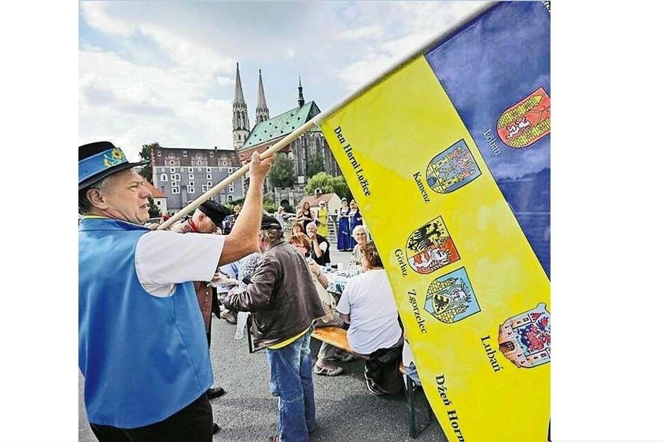 Vor 675 Jahren wurde der legendäre Sechsstädtebund als Schutzbündnis gegründet. Heute haben sich die Fans der Oberlausitz die Wappen der sechs Städte auf ihre blau-gelbe Fahne geschrieben.