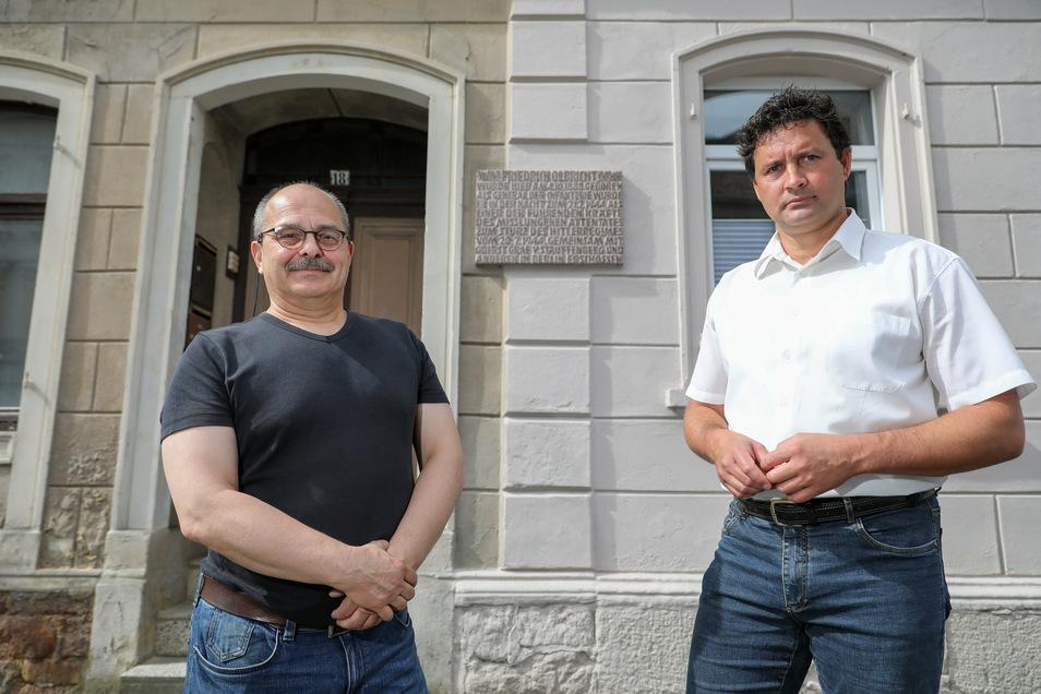Uwe Reichel (l), Vorsitzender des Leisniger Geschichts- und Heimatvereins steht mit Bürgermeister Tobias Goth (CDU) vor dem Haus.