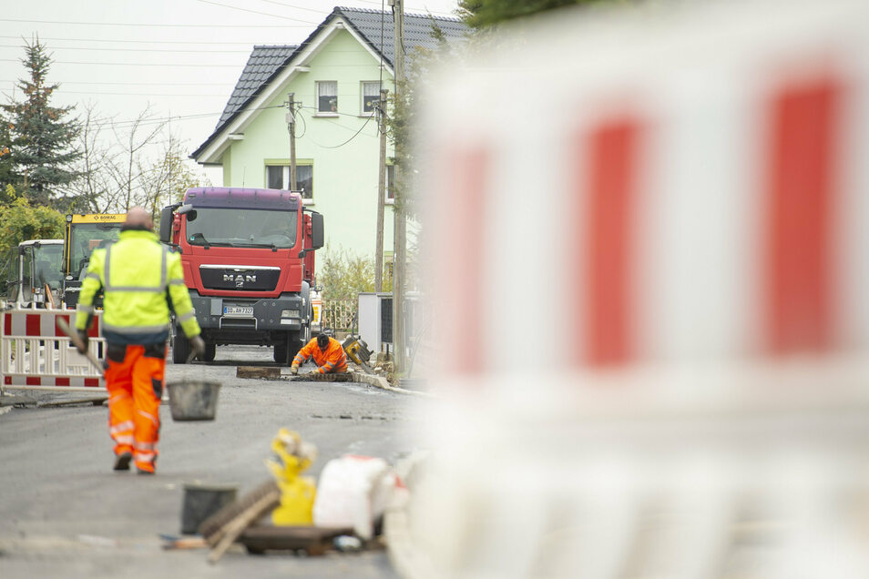 In Rostig wird gerade auf der Kalkreuther Straße bei Vollsperrung gebaut. Jetzt im Auftrag der Stadt, dann im Auftrag des Landkreises.