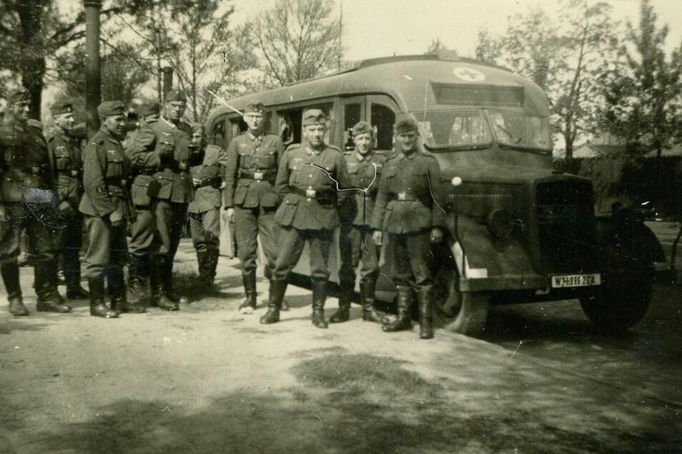 Marcel Weises Feldlazarett 664 im Sommer 1941 gut gelaunt auf dem Marsch nach Russland. Aus der geplanten Einnahme Moskaus im Handstreich wird eine grausiges Fiasko werden.