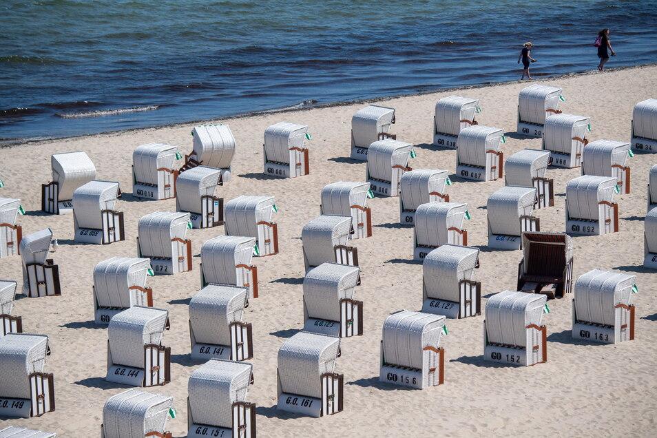Am Ostseestrand vor der Seebrücke von Sellin auf der Insel Rügen sind die Strandkörbe für die Sommerzeit ungewöhnlich leer. Eine Woche nach der Öffnung von Hotels und anderen Herbergen für einheimische Urlauber können nun auch Touristen aus ganz D