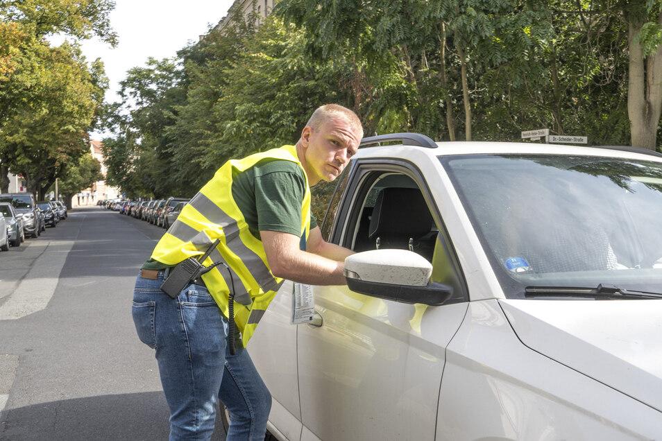 Hendrik Schmidt ist einer von mehr als hundert Helfern, die beim Tag der Sachsen an knapp 30 Sperrposten im Stadtgebiet dafür sorgt, dass nur Vignettenbesitzer in die Sperrrkreise einfahren dürfen. Auch hilft der 27-Jährige bei Fragen und Problemen.
