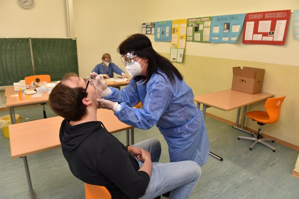 Bio-Lehrerin Kathrin Legler testet vor ihrer eigentlichen Arbeit Schüler Ron Grahl auf eine Coronainfektion.
