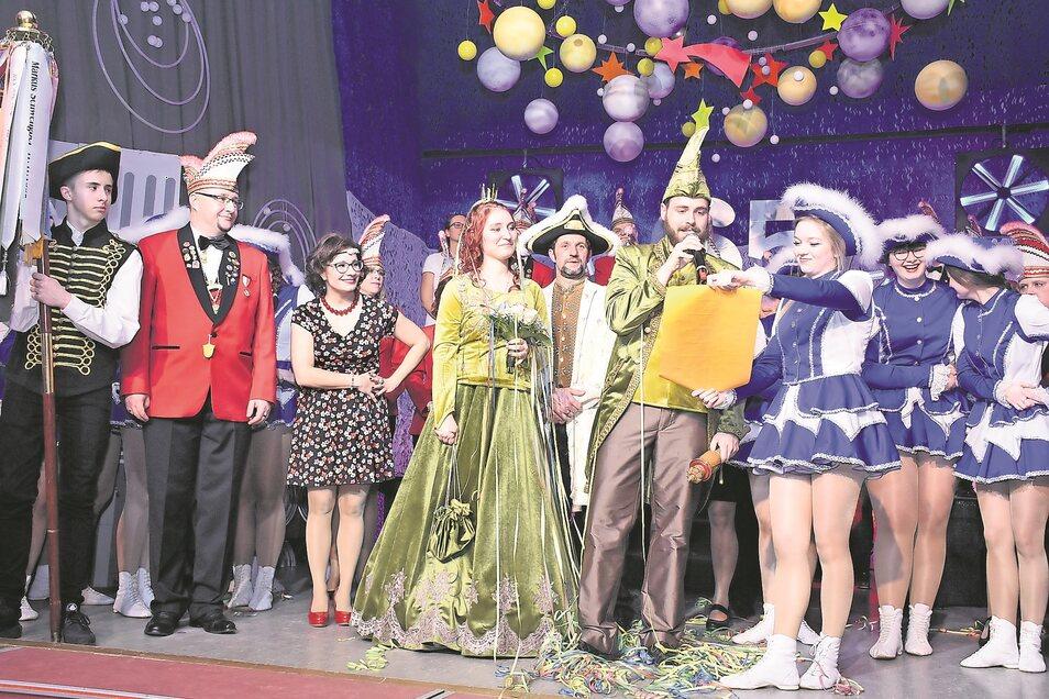 Unmittelbar nach der Krönung begrüßt das neue Prinzenpaar die Teilnehmer des Hofballes zur Eröffnung der neuen Saison.