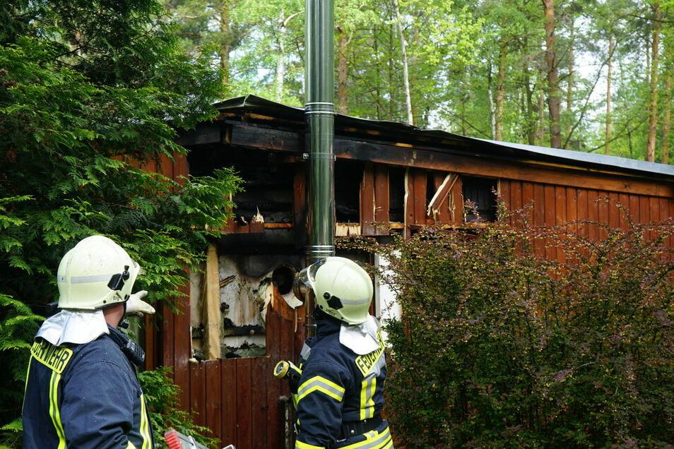Ein Bungalow in einer Siedlung am Quitzdorfer See hat am Montagmorgen gebrannt. Die Kameraden mussten das Dach öffnen