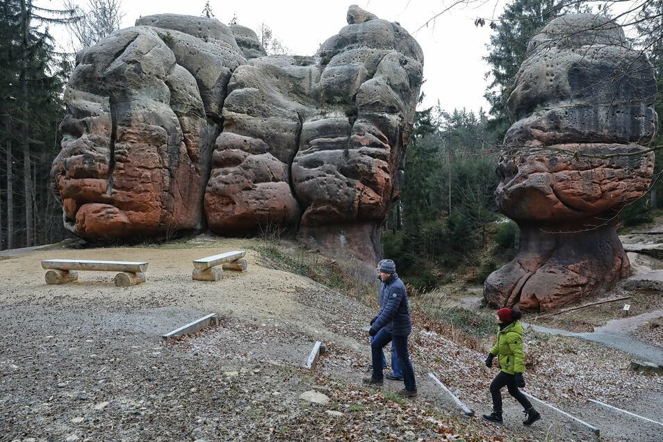 Freunde machen eine Wanderung im Zittauer Gebirge zu den Kelchsteinen.