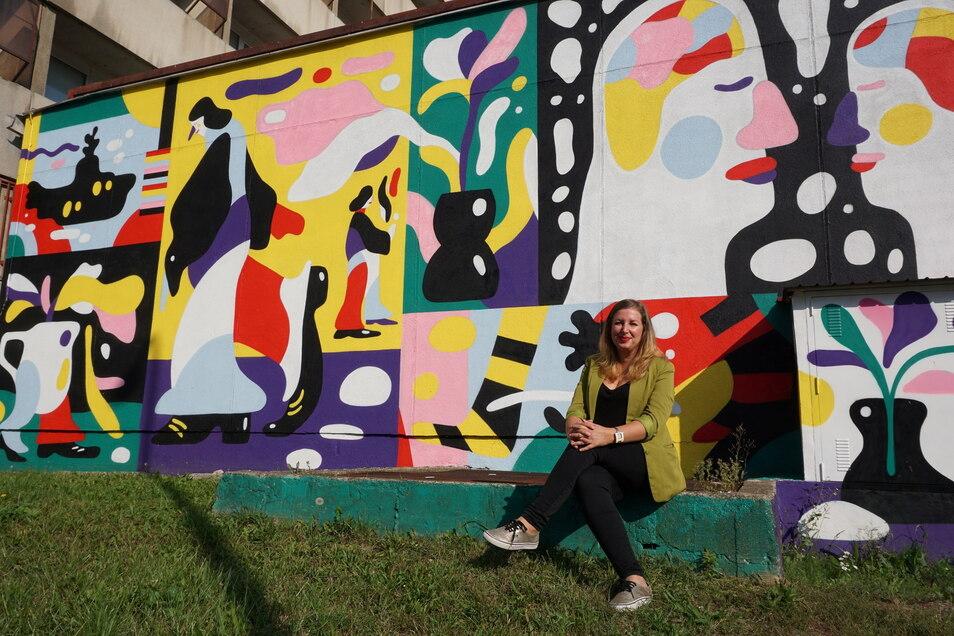 """Michaela Valášková vor einem neuen Wandbild in Ústí nad Labem (Aussig). Es erinnert an Heinz Edelmann, den Art Director des Beatles-Films """"Yellow Submarine""""."""
