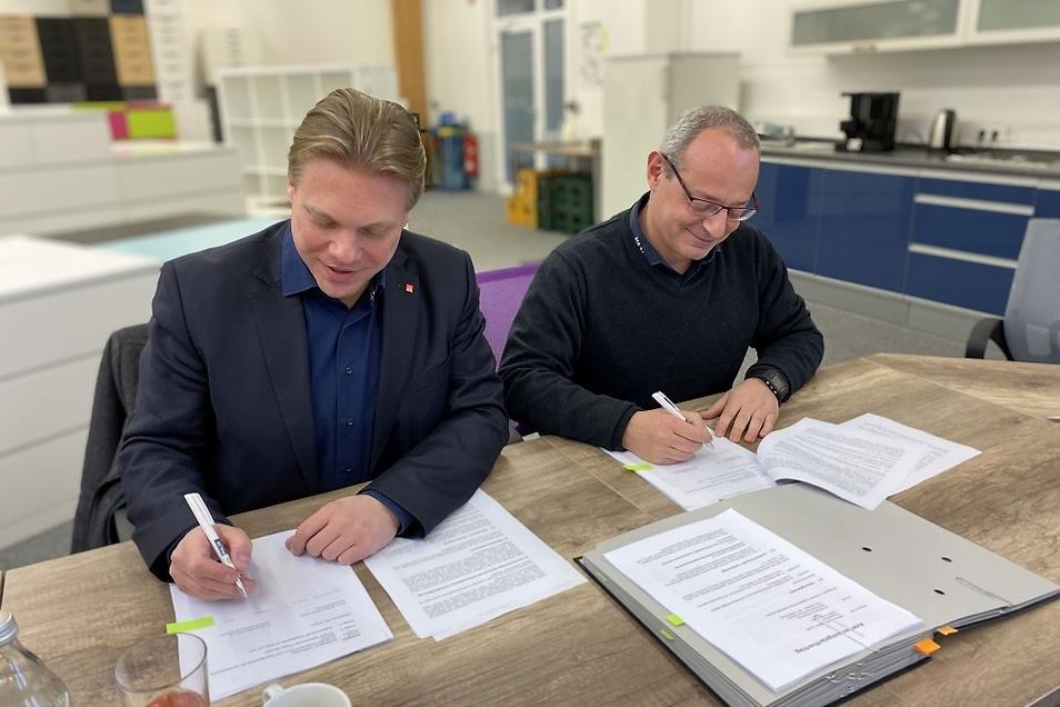 Jan Otto (l.), Erster Bevollmächtigter der IG Metall Ostsachsen, und Uwe Gottschlich, Geschäftsführer von Maja Möbelwerke, haben gestern einen Anerkennungs-Tarifvertrag unterzeichnet.